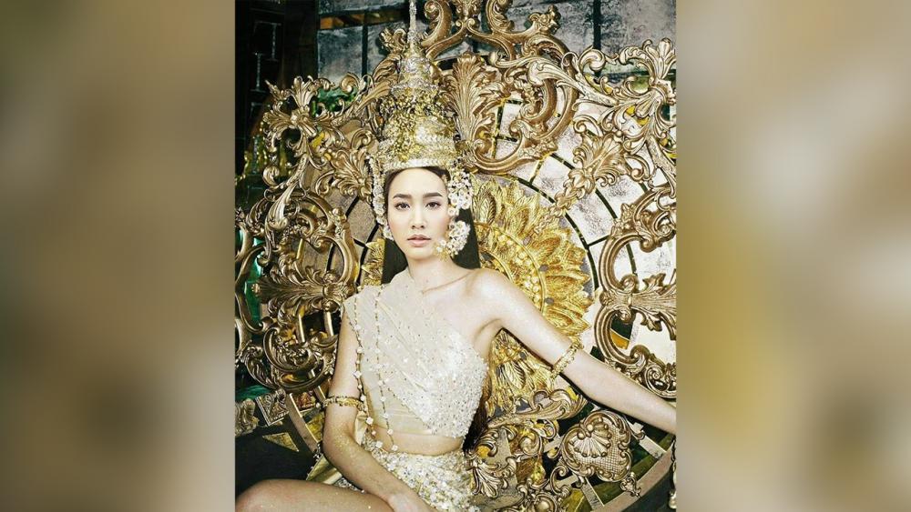 ชาวบลิงค์ไทยไม่แพ้ชาติใดในโลก นอก จากออกมาเต้นคัฟเวอร์กันให้พรึ่บแล้ว ยังได้เห็นสาว มิน-พีชญา โพสต์ภาพในลุค ลิซ่า สวมรัด เกล้านั่งบัลลังก์ทองอีกด้วย...ขาดผมหน้าม้าจ้ะ.
