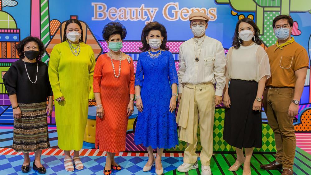 """ของเศรษฐี สุริยน ศรีอรทัยกุล จัดงาน """"Beauty gems all around the world in 31 Days"""" เพื่อให้ผู้ชื่นชอบเครื่องประดับได้เลือกซื้ออัญมณีสุดล้ำจากฝีมือคนไทย โดยมี จรินทร์ สุมานนท์, ละออ ตั้งคารวคุณ และ ดร.อัญชลิน พรรณนิภา มาร่วมงานด้วย ที่เซ็นทรัล ชิดลม วันก่อน."""