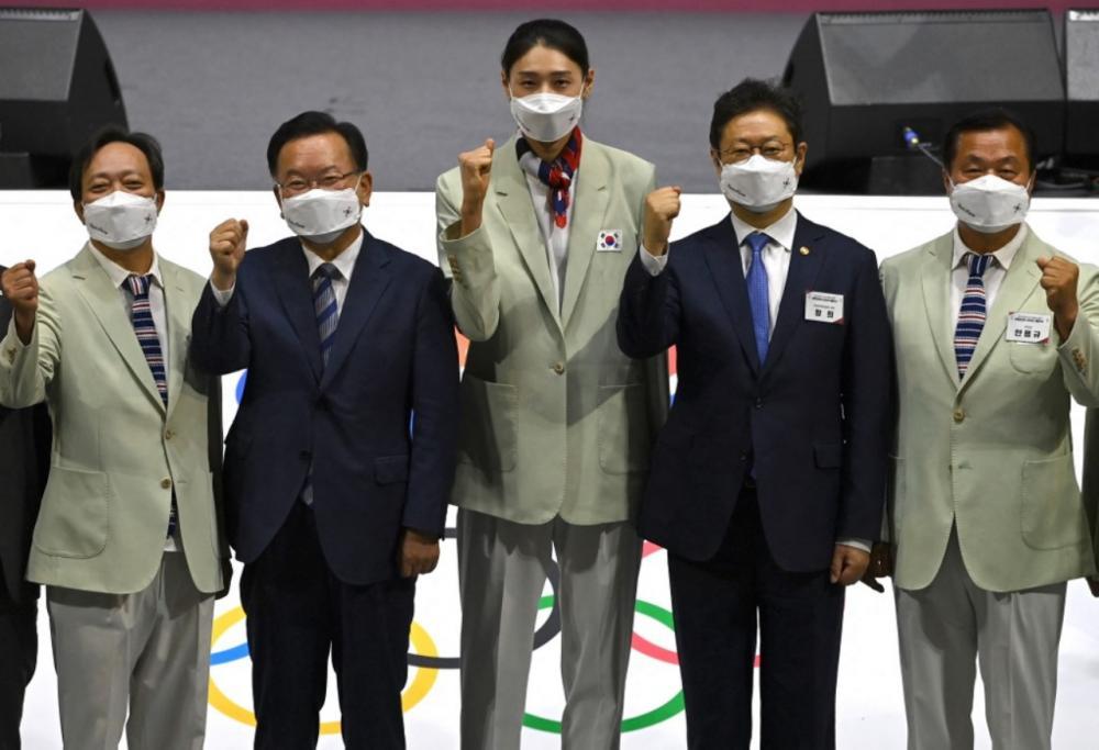 นายกรัฐมนตรี คิม โบกยอม (คนที่ 2 จากซ้าย)