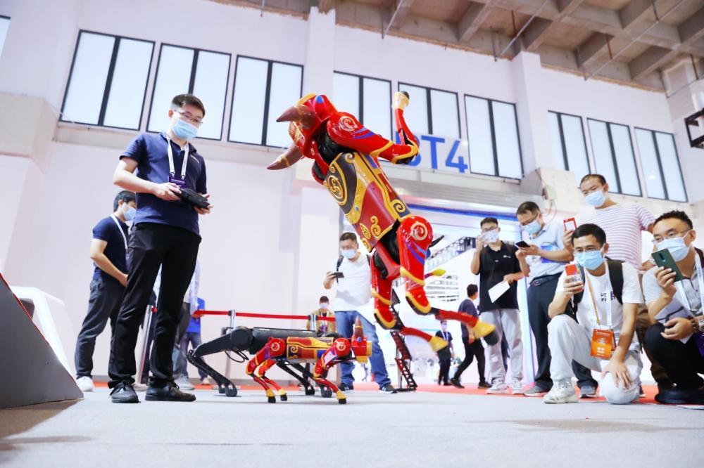 เจ้าหุ่นยนต์สุนัขที่เคลื่อนไหวได้ทั้งก้าว กระโดด และตีลังกา ที่บูธของ Unitree Robotics ในงาน World Robot Conference 2021 ที่กรุงปักกิ่ง