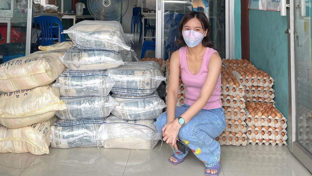 """ขนข้าวสารอาหาร แห้งไปแจกจ่ายตามชุมชน ต่างๆ แทนที่จะเป็นหน้าที่ ของหน่วยงานรัฐบาล ออม-สุชาร์ รู้สึกหดหู่ใจ แอบคิด """"ประเทศไทยมาถึง จุดนี้ได้อย่างไร ทุกคนคงรู้คำตอบดี""""...ก็ใช่."""