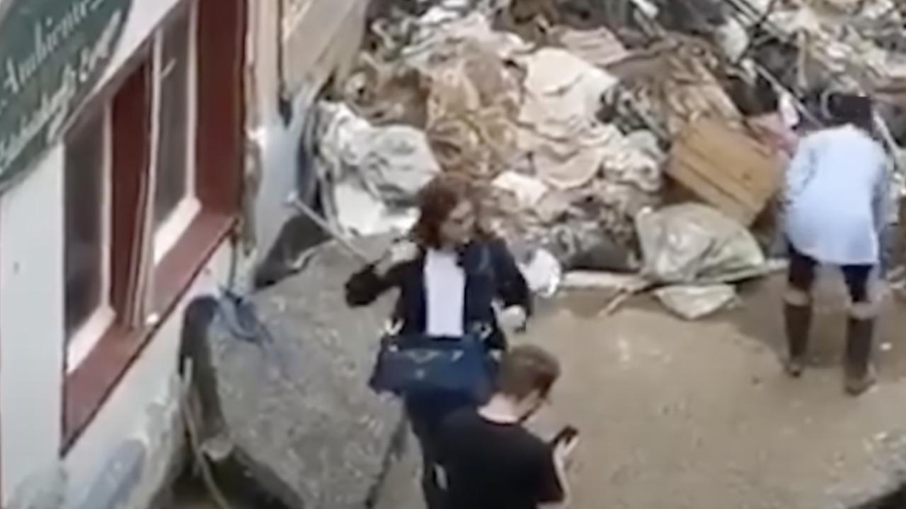 นักข่าวเยอรมันโดนปลด ป้ายโคลนตัวเอง ทำทีช่วยผู้ประสบภัย (คลิป)