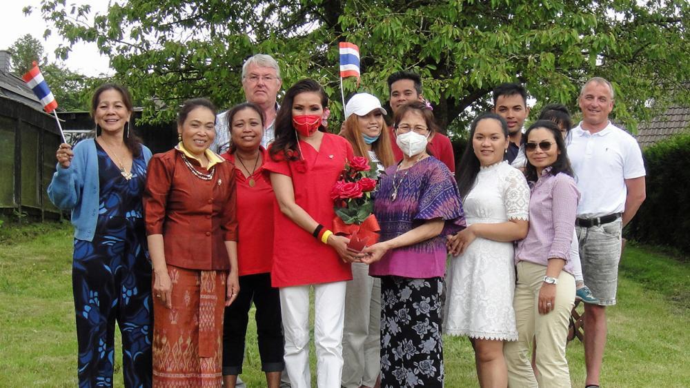 ยินดี ปู–ฐิติรัตน์ รุ้งศรีมรกฎ ฮินซ์ พร้อมเพื่อนร่วมยินดีกับ โจ–กิ่งเพชร บุญยงค์ ประธานชมรมอนุรักษ์วัฒนธรรมไทยในต่างแดน สำเร็จการเรียนและฝึกงานหลักสูตร Bereuungkraf/Ertherapie ของกาชาด ที่เมืองคีล เยอรมนี.