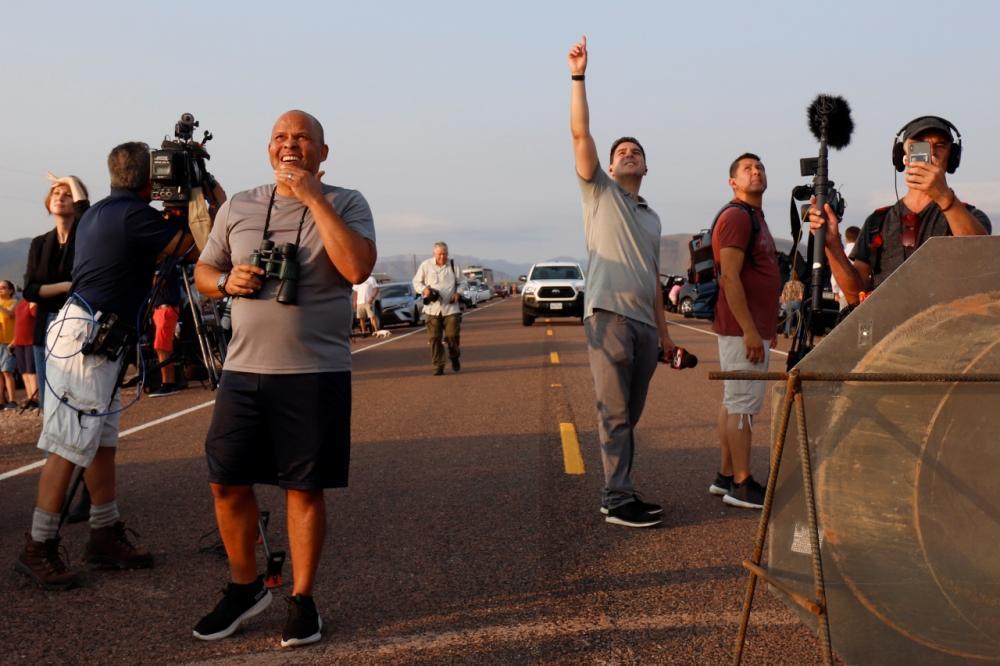 ผู้คนมาดูการปล่อยจรวดนิว เชพเพิร์ด พาเจฟฟ์ เบซอส และเพื่อนร่วมทริปอีก 3 คนขึ้นไปแตะขอบอวกาศ ในรัฐเทกซัส เมื่อ 20 ก.ค.64