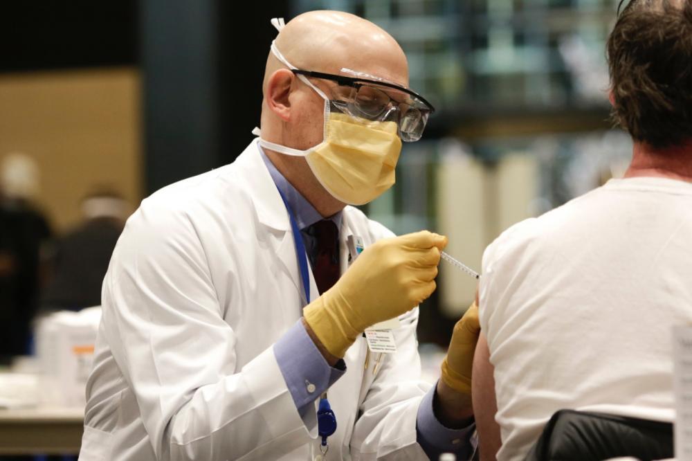 แอมะซอน เสนอเงินก้อนหนึ่งสำหรับคนฉีดวัคซีน  ภาพจาก https://www.aboutamazon.com/news/company-news/amazon-offers-up-to-80-to-front-line-employees-getting-the-covid-19-vaccine