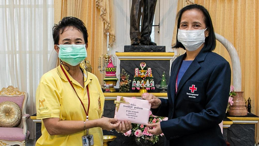 สู้โควิด เพ็ญศรี สูตรเชี่ยวชาญ มอบเงินบริจาคจำนวน 100,000 บาท ให้ อัญชลี โสตถิพันธุ์ ผู้ช่วย ผอ.โรงพยาบาลจุฬาลงกรณ์ เพื่อสนับสนุนโครงการป้องกันและช่วยเหลือการแพร่ระบาดของโรคไวรัสโควิด-19 โรงพยาบาลจุฬาลงกรณ์ ที่ศาลาทินทัต โรงพยาบาลจุฬาลงกรณ์ วันก่อน.