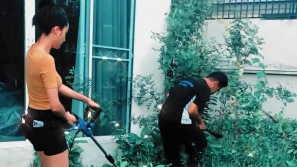 อินสตาแกรมร้อน ฉ่าขึ้นมา หลัง ขวัญ-อุษามณี โพสต์คลิปกำลังตัดหญ้าที่หน้าบ้าน โดยมีถ่ายให้เห็นหนุ่มปริศนา ที่ช่วยกุลีกุจอ เพื่อนสนิทก็เข้ามาแซวกันใหญ่ เหมือน รู้ว่าคนนี้ คนพิเศษ!