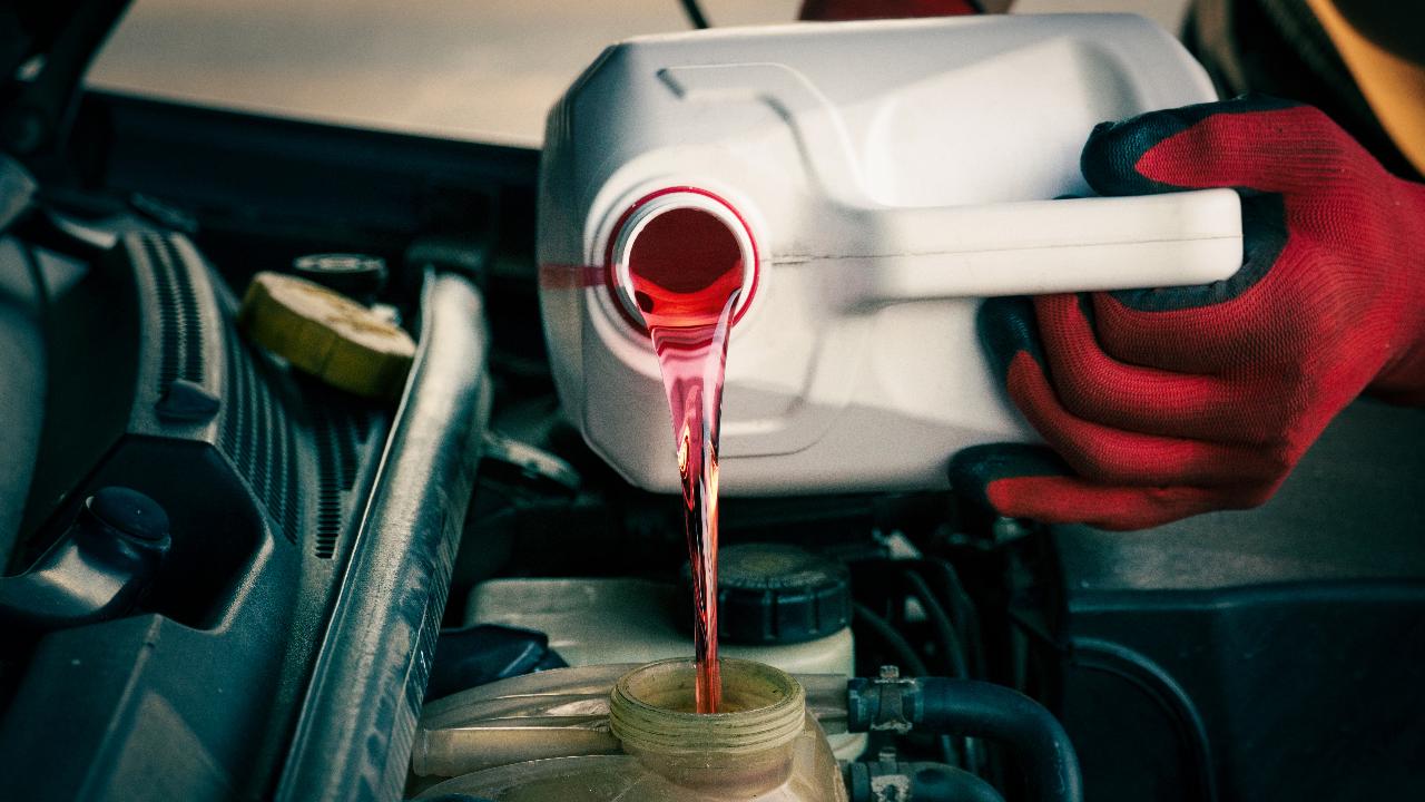 น้ำยาหล่อเย็นรถยนต์ น้ำยาเติมหม้อน้ำ ใช้น้ำเปล่าแทน ผิดไหม?