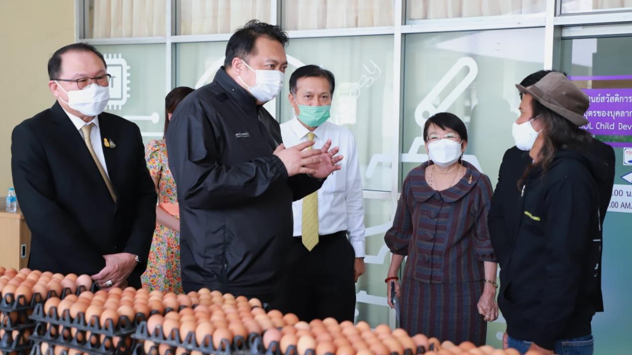 """""""สุชาติ"""" มอบเครื่องอุปโภคบริโภคผ่านมูลนิธิ LPN ช่วยแรงงานต่างด้าวในไทย"""