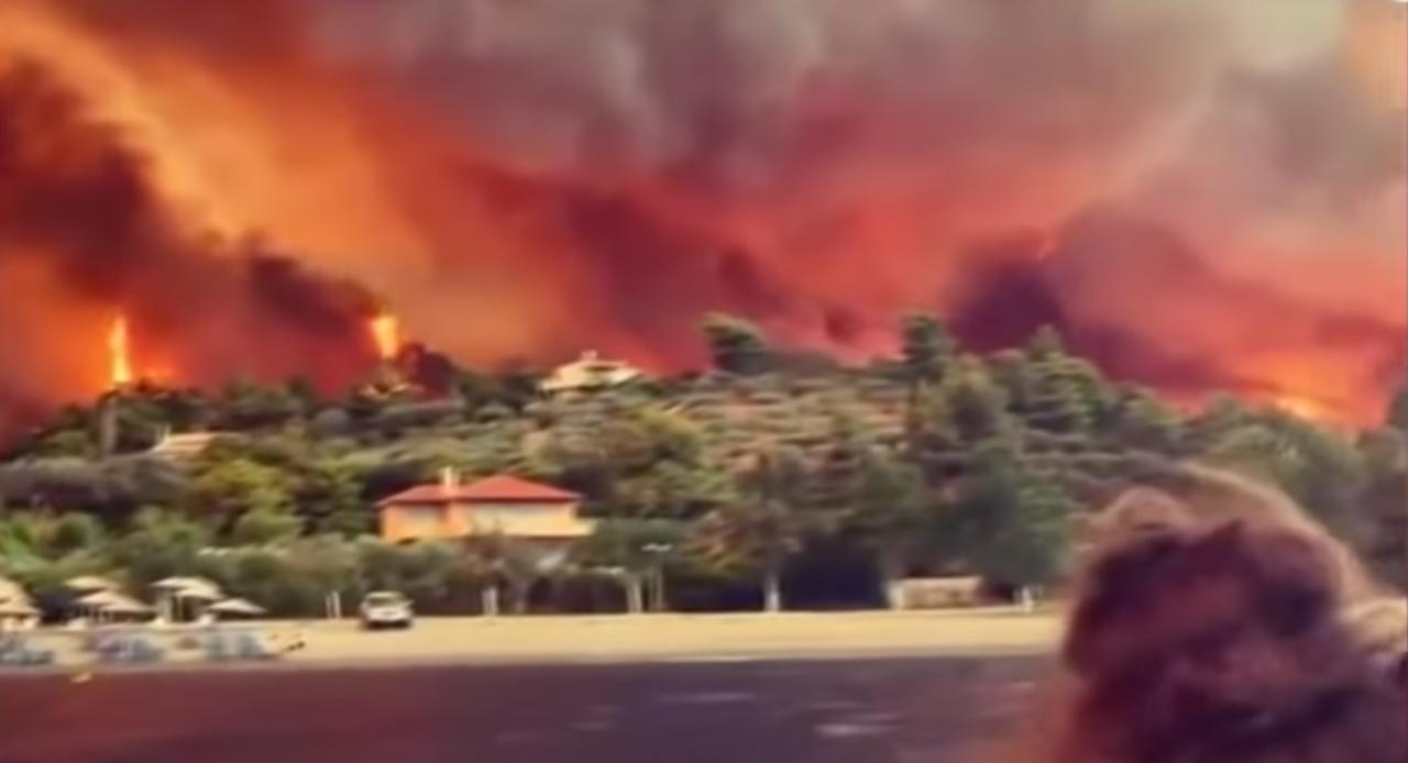 สุดสะพรึง กรีซเผชิญไฟป่าครั้งใหญ่ จากอิทธิพลคลื่นความร้อน (คลิป)
