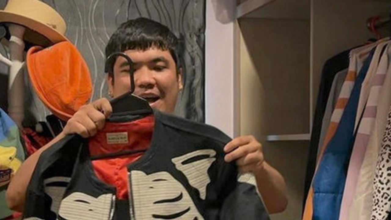 รีบโร่ออกมาขอโทษขอโพยแทบไม่ทัน หลัง จาก แจ็ค แฟนฉัน ทำคอนเทนต์แหกแนว ไลฟ์สดขายเสื้อที่ขอยืมมาจาก มดดำ-คชาภา งานนี้เลยโดนแม่ด่าโชว์ลั่นโซเชียล...เข็ดมั้ย เชื่อว่าไม่(ฮา)