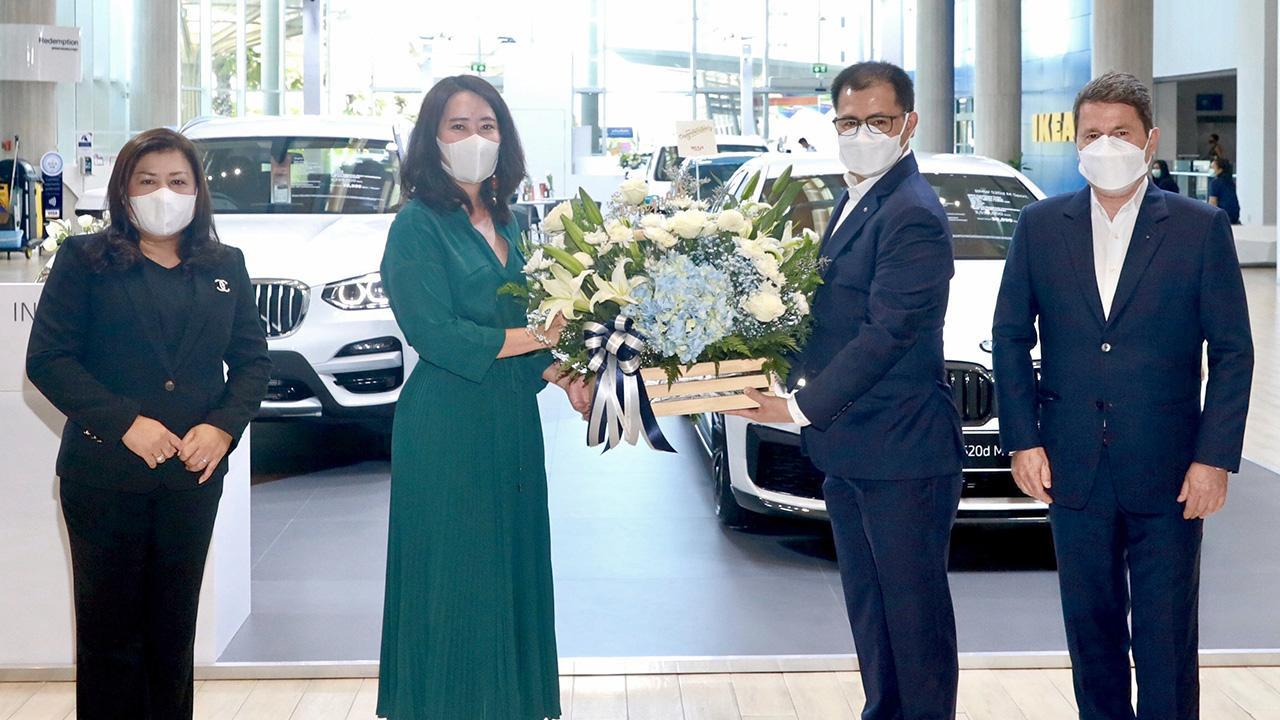 ขายรถบีเอ็ม พลินี คงชาญศิริ มอบกระเช้าดอกไม้แสดงความยินดีให้ ปิยวิทย์ เขมะรังสรรค์ ในโอกาสเปิด บีเอ็มดับเบิลยู เยอรมัน ออโต้ ป๊อปอัพสโตร์ จำหน่ายรถยนต์บีเอ็มดับเบิลยู โดยมี ราล์ฟ บิสซินเกอร์ และ ศศิวัณย์ บัญชาสุทธิกุล มาร่วมงานด้วย ที่ศูนย์การค้าเมกา บางนา วันก่อน.