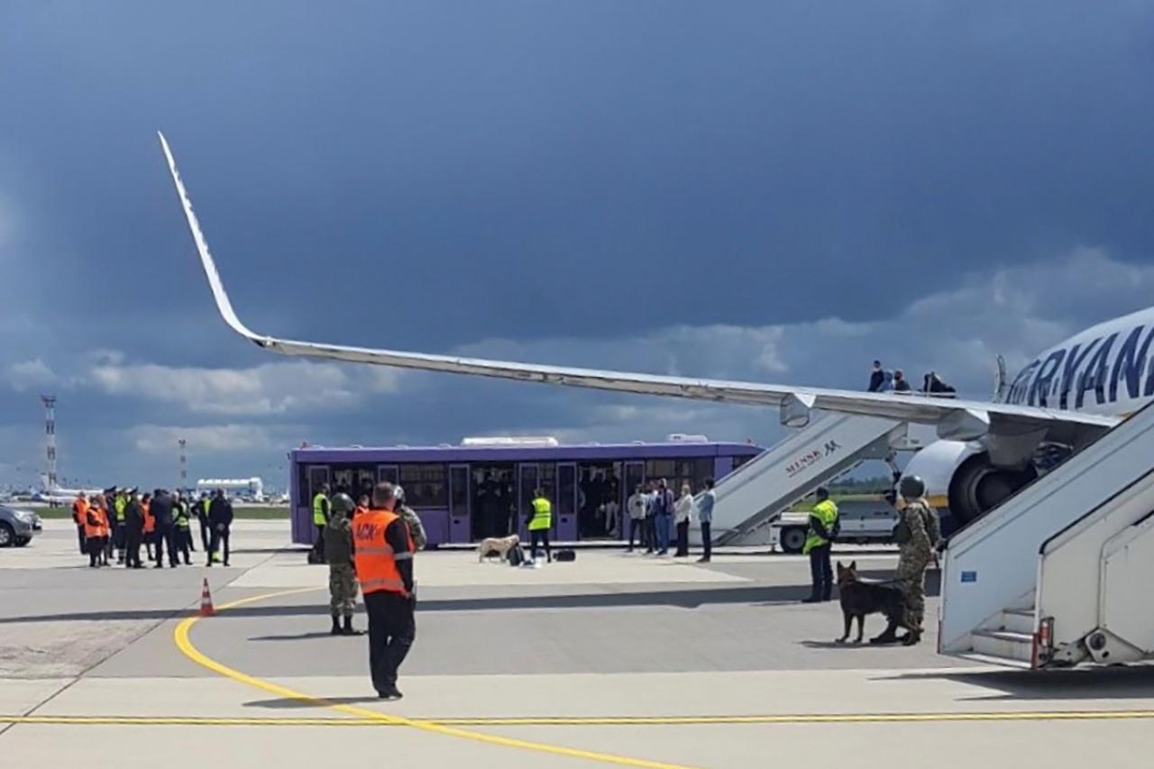 เครื่องบินโดยสารของสายการบินไรอันแอร์ ถูกทางการเบลารุสส่งเครื่องบินขับไล่ขึ้นประกบบังคับให้ลงจอดที่ท่าอากาศยานในกรุงมินสก์ อ้างว่าถูกขู่วางระเบิด เมื่อ 23 พ.ค.64