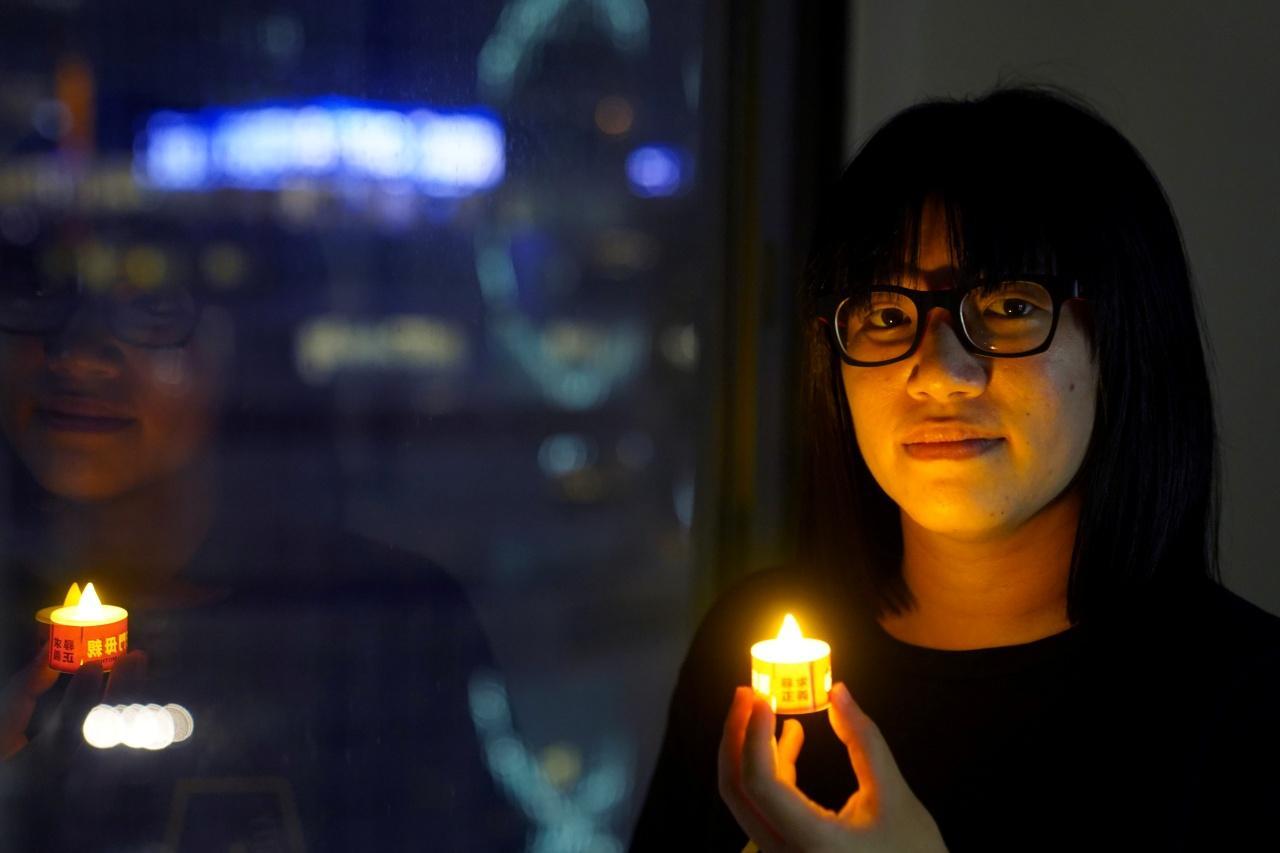 น.ส.โจว หาง ถัง นักเคลื่อนไหวเรียกร้องประชาธิปไตยในฮ่องกง และรองประธานจัดพิธีรำลึกครบรอบ 32 ปี เหตุนองเลือดที่จัตุรัสเทียนอันเหมิน