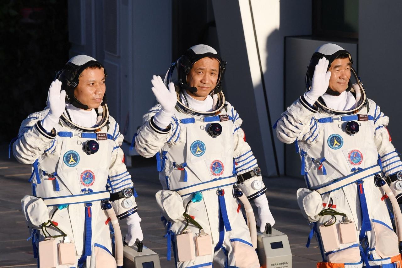 3 นักบินอวกาศ เนี่ย ไห่เซิ่ง (กลาง), หลิว โป๋หมิง (ขวา) และ ทัง หงโป