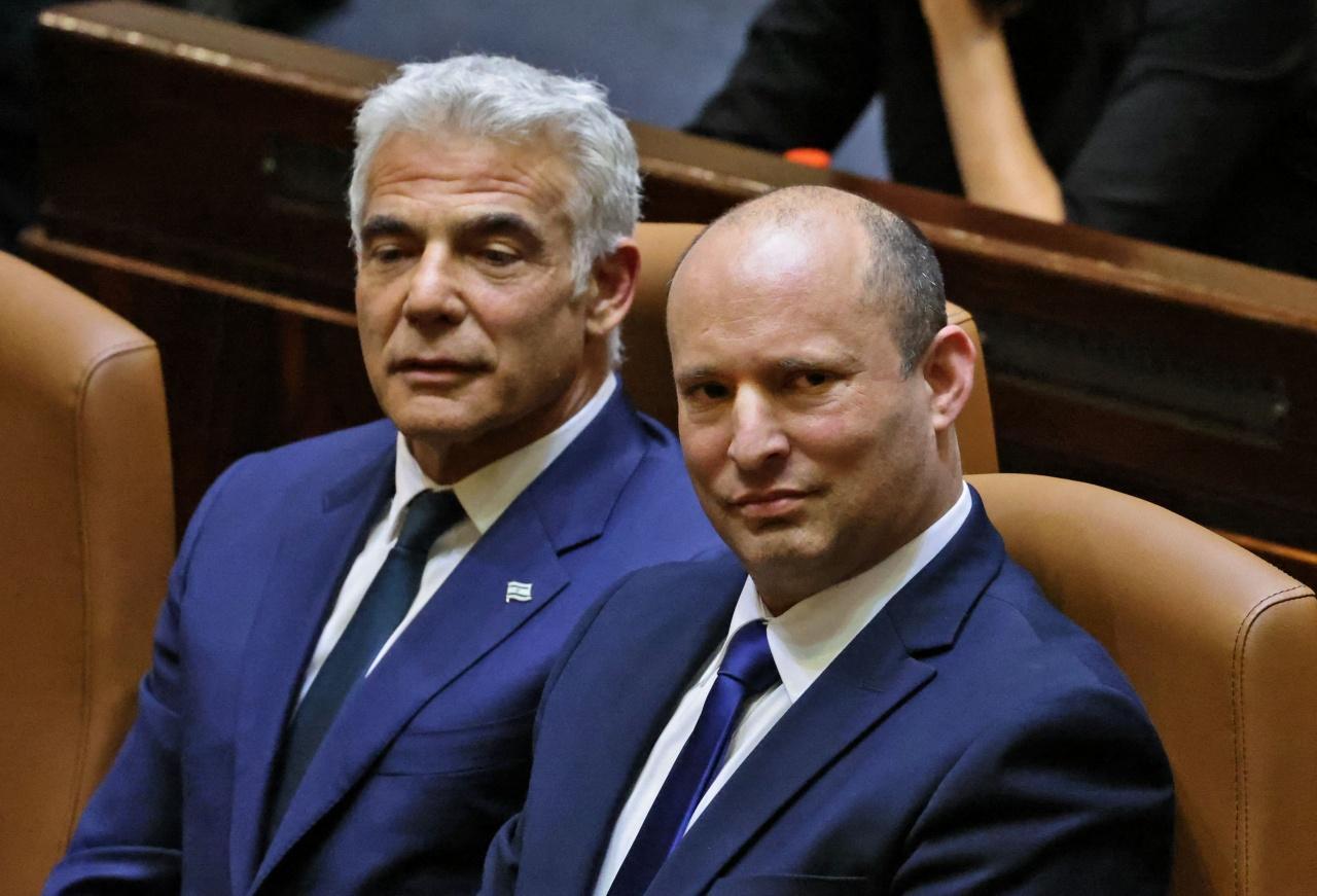 นาย ยาอีร์ ลาพิด ผู้นำพรรคสายกลาง และนาย นาฟตาลี เบนเนตต์ นายกรัฐมนตรีคนใหม่ของอิสราเอล