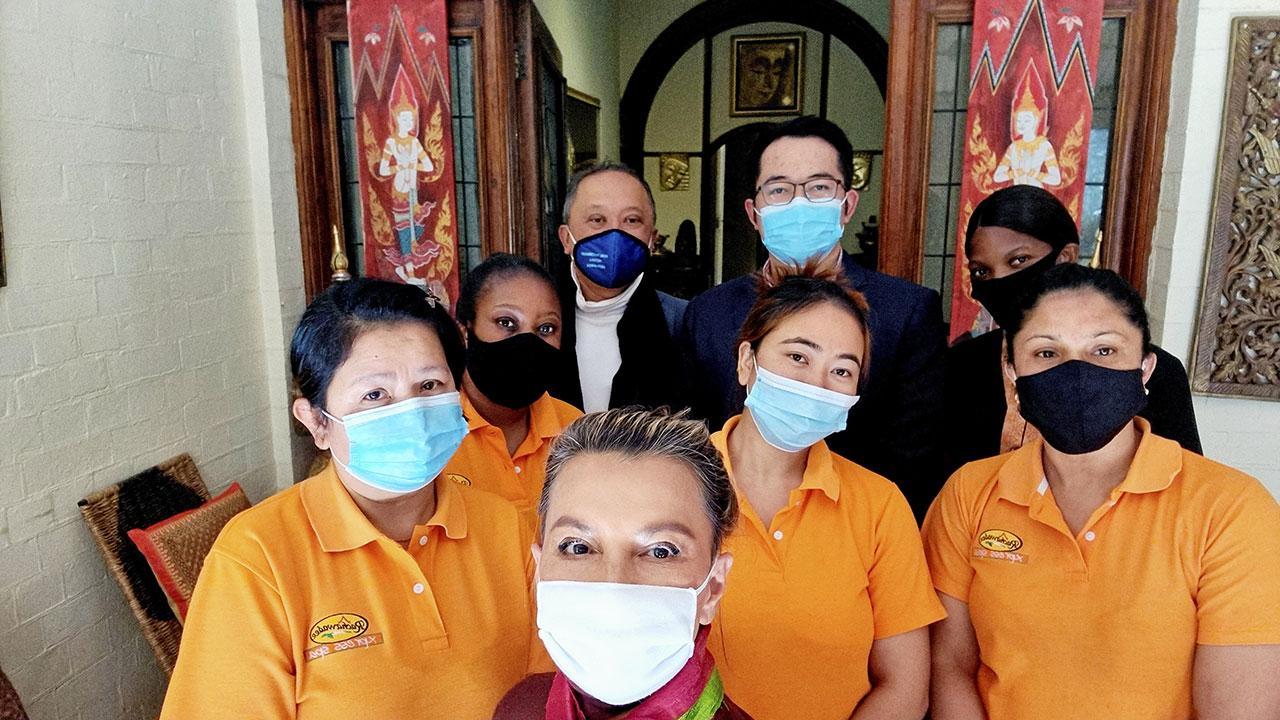 พลังไทยไพสิฐ บุญปาลิต อุปทูต ณ กรุงพริทอเรีย ประเทศแอฟริกาใต้ ถ่ายภาพร่วมกับกลุ่มตัวแทนชุมชนไทยในประเทศแอฟริกาใต้ ที่ให้ความร่วมมือประสานงานช่วย-เหลือชาวไทยในแอฟริกาใต้ ช่วงวิกฤติโควิด-19.