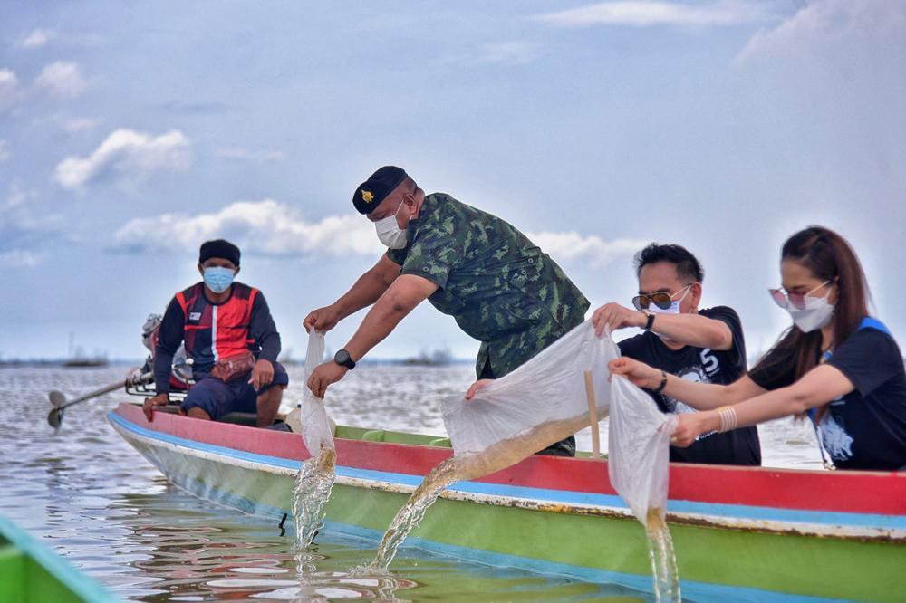พล.ท.เกรียงไกร ศรีรักษ์ แม่ทัพภาคที่ 4 และคณะกรรมการแก้ปัญหาสภาพแวดล้อมคลองภูมี นำคณะล่องเรือปล่อยปลา 3 ล้านตัว ลงในทะเลสาบสงขลา.