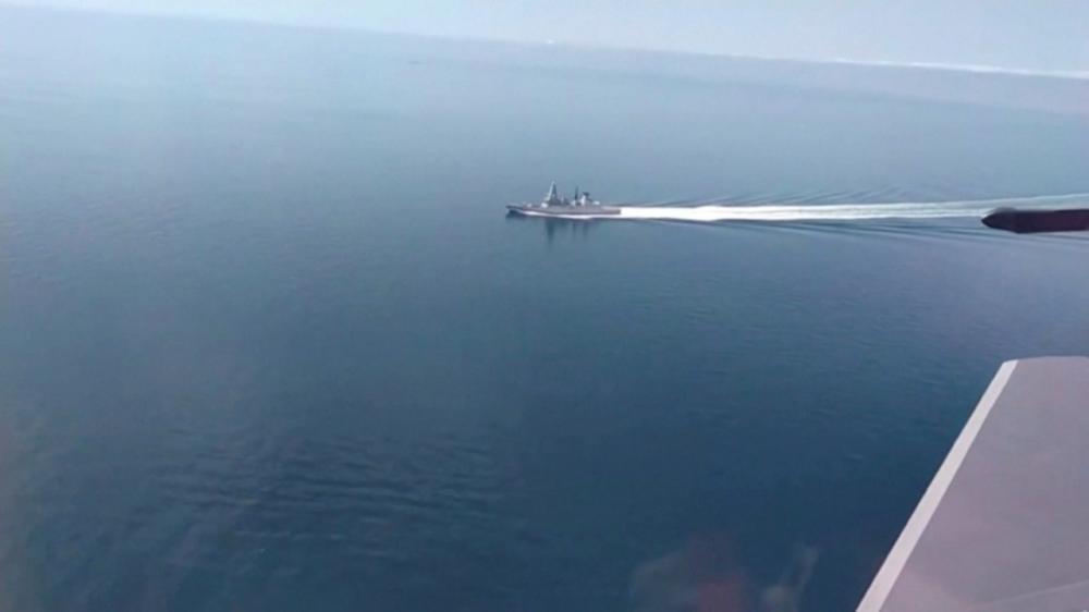 กระทรวงกลาโหมรัสเซียเผยแพร่ภาพที่ถ่ายเครื่องบินรบลำหนึ่ง แสดงให้เห็นเรือพิฆาต เอชเอ็มเอส ดีเฟนเดอร์ แล่นอยู่ในทะเลดำ เมื่อ 23 มิ.ย. 2564