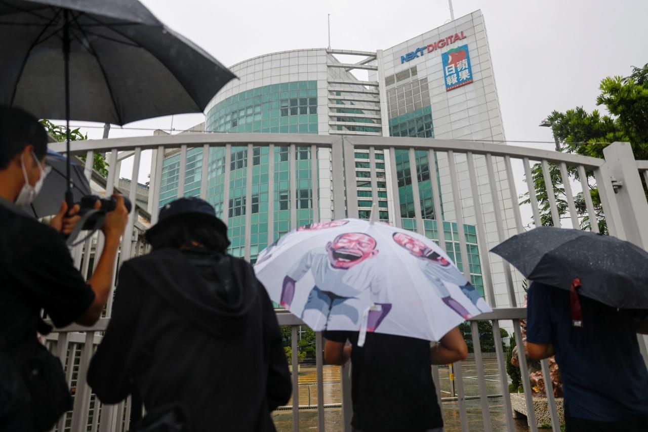 ชาวฮ่องกงพากันมาถ่ายรูปสำนักงานใหญ่ของนสพ.แอปเปิล เดลี ด้วยความเสียดาย หลังทราบข่าวประกาศปิดกิจการ