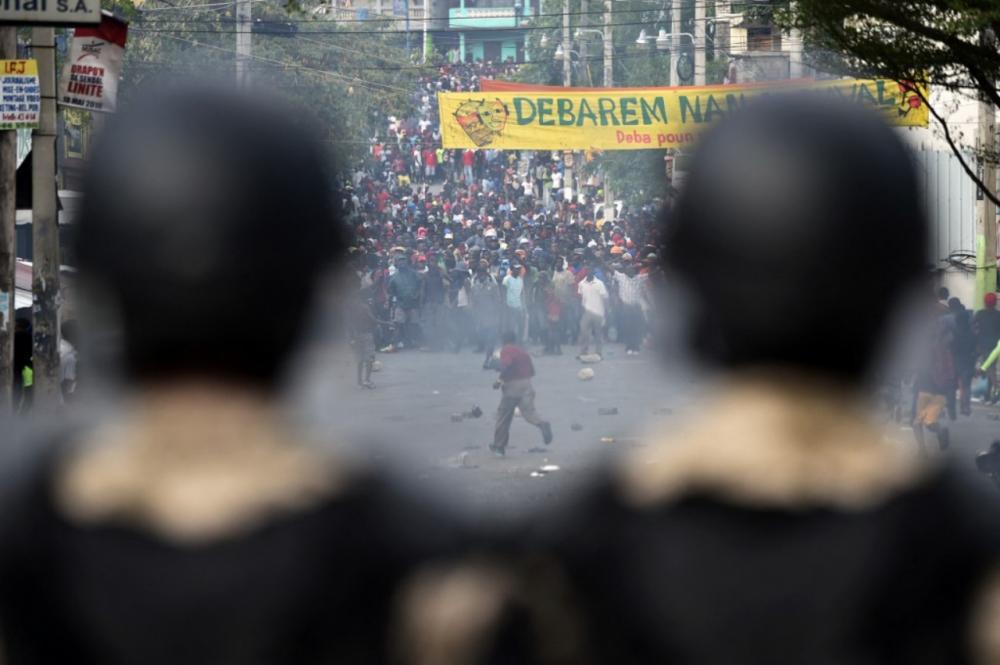 ตำรวจเผชิญหน้าผู้ชุมนุมในการประท้วงเมื่อ 12 กุมภาพันธ์ 2562