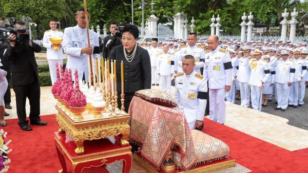 พระเจ้าวรวงศ์เธอ พระองค์เจ้าโสมสวลี พระวรราชาทินัดดามาตุ เสด็จแทนพระองค์ไปทรง วางพวงมาลาถวายราชสักการะพระบาทสมเด็จพระปกเกล้าเจ้าอยู่หัว ณ หน้าบริเวณอาคารรัฐสภา เมื่อวันที่ 30 พฤษภาคม.
