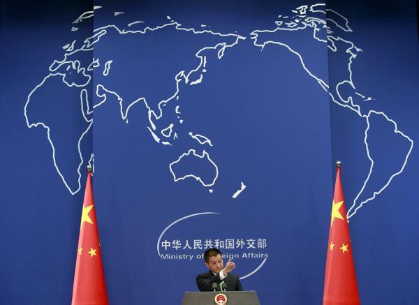"""ตอบโต้-ลู่ กัง โฆษกกระทรวงการต่างประเทศจีน แถลงข่าวที่กรุงปักกิ่ง เมื่อ 27 ต.ค. หลังสหรัฐฯส่งเรือพิฆาตเข้าไปในทะเลจีนใต้ที่จีนอ้างกรรมสิทธิ์ โดยอ้างว่าเพื่อแสดง """"เสรีภาพในการเดินเรือ"""" สร้างความโกรธเกรี้ยวให้จีน (รอยเตอร์)"""