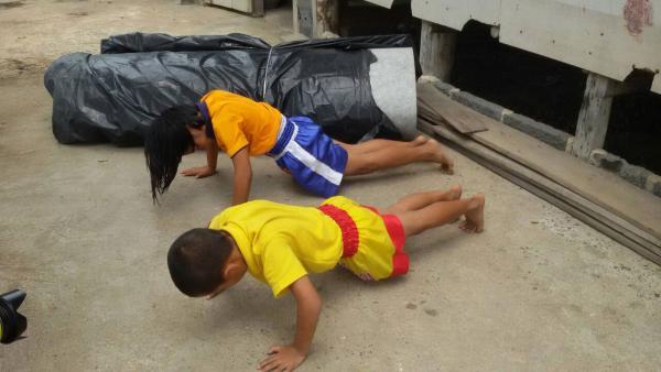 สองพี่น้อง กำลังฟิตร่างกาย เพื่อเตรียมไปต่อยมวย หาเลี้ยงชีพ