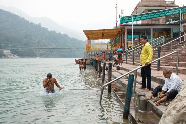 ชาวฮินดูอาบ ดื่ม กินน้ำในแม่น้ำศักดิ์สิทธิ์ทุกเช้า.