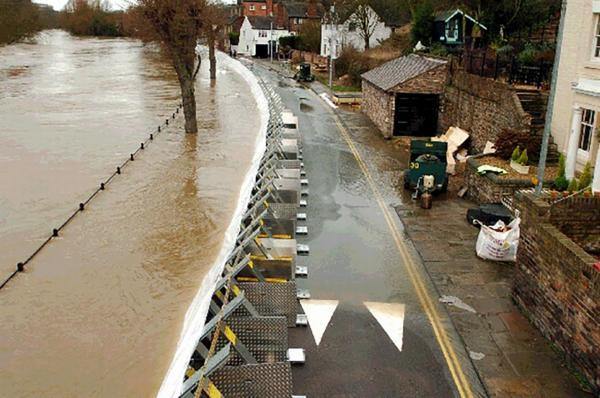 Flood Barriers กั้นได้ยาวๆ ตลอดริมฝั่งแม่น้ำ