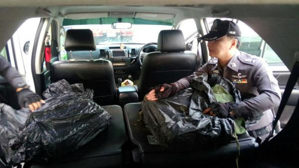เจ้าหน้าที่ตรวจค้นภายในรถ พบยาบ้า 2 แสนเม็ด