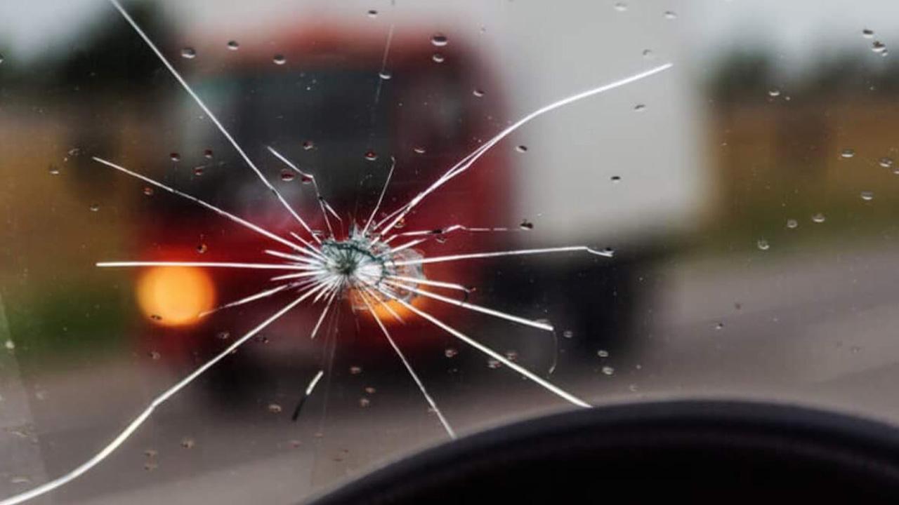 กระจกโดนหินดีดใส่แตก ขับยังไงไม่ให้โดนอีก?