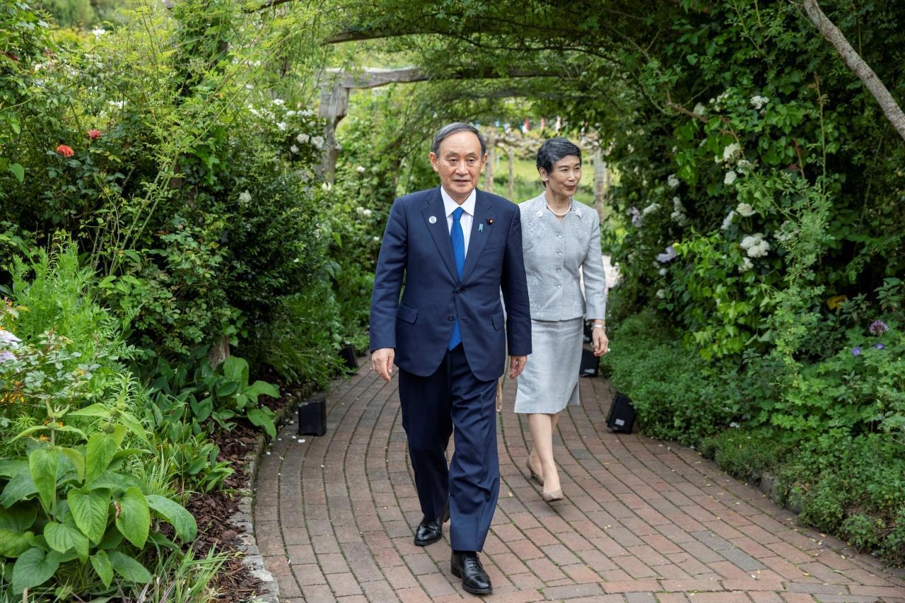 นายกรัฐมนตรีโยชิฮิเดะ ซูกะเแห่งญี่ปุ่น และคู่สมรส นางมาริโกะ ซูกะ