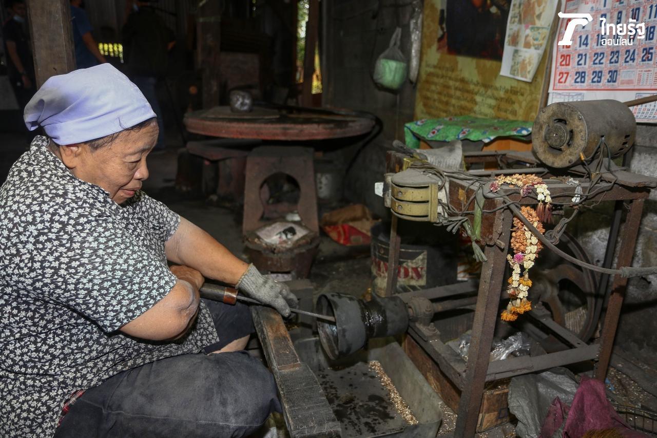ยายนัน หรือ นางสุนันทา ญาณสุภาพ วัย 69 ปี ช่างกลึง