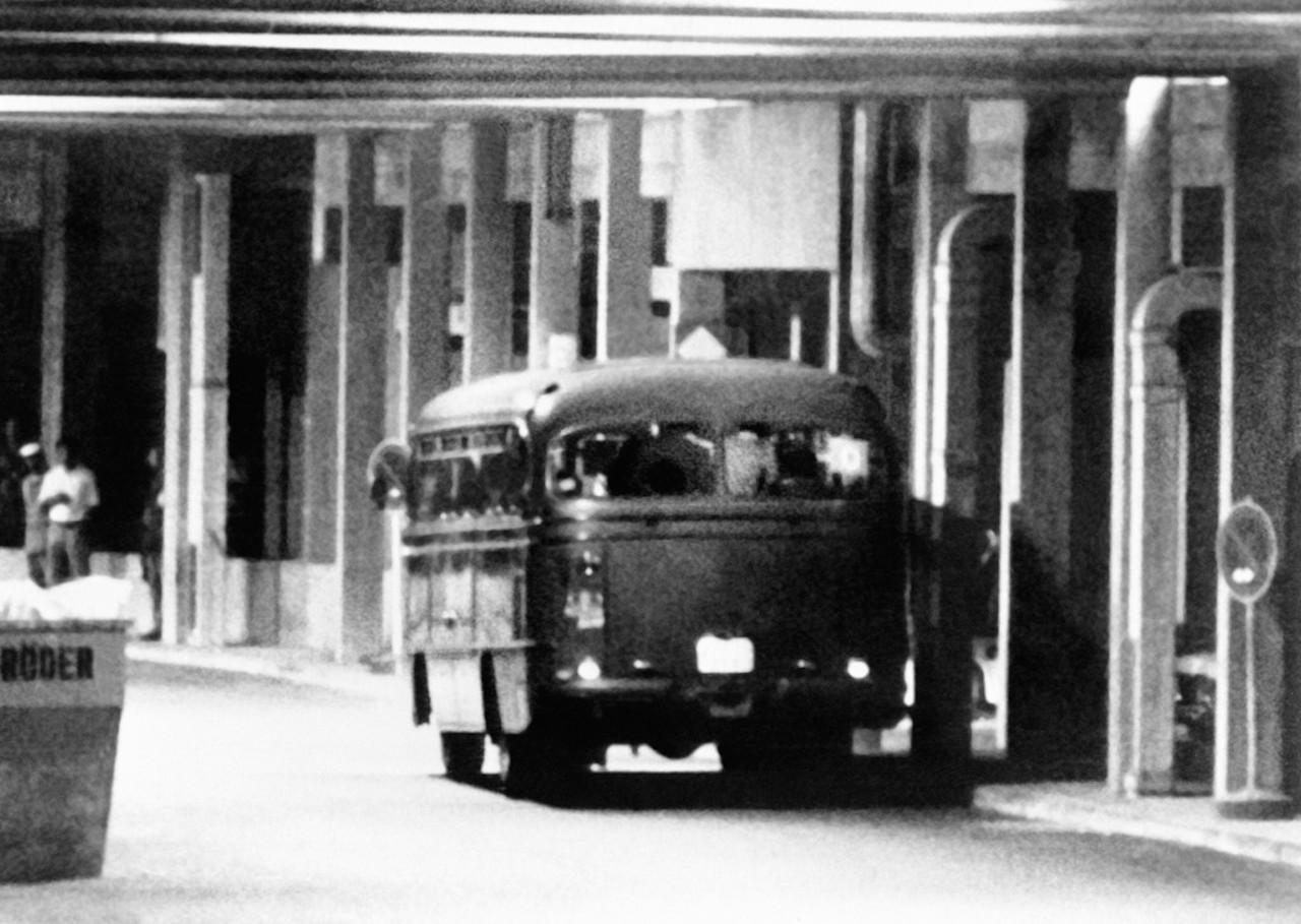 ผู้ก่อการร้ายปาเลสไตน์ 5 คนกับตัวประกันอีก 9 คน ขึ้นรถเพื่อเดินทางไปยังฐานทัพอากาศ เฟือร์สเทินเฟลท์บรุค ที่ที่ตำรวจเยอรมนีพยายามบุกช่วยตัวประกันแต่ล้มเหลว ทำให้ทั้งหมดเสียชีวิต