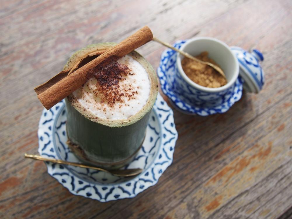 คาปูชิโน่ในแก้วไม้ไผ่