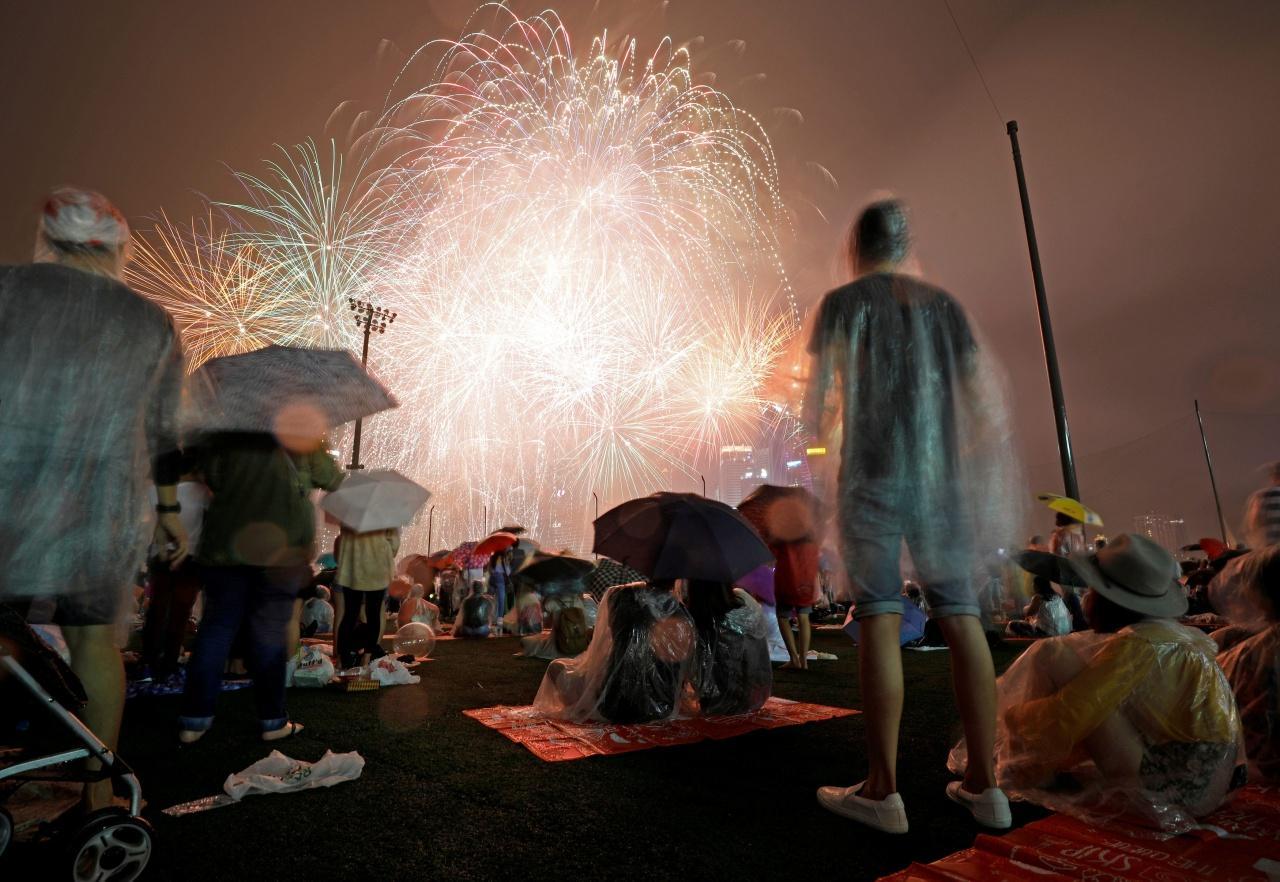 ชาวสิงคโปร์ยอมตากฝนเพื่อชมพลุฉลองปีใหม่ 2018
