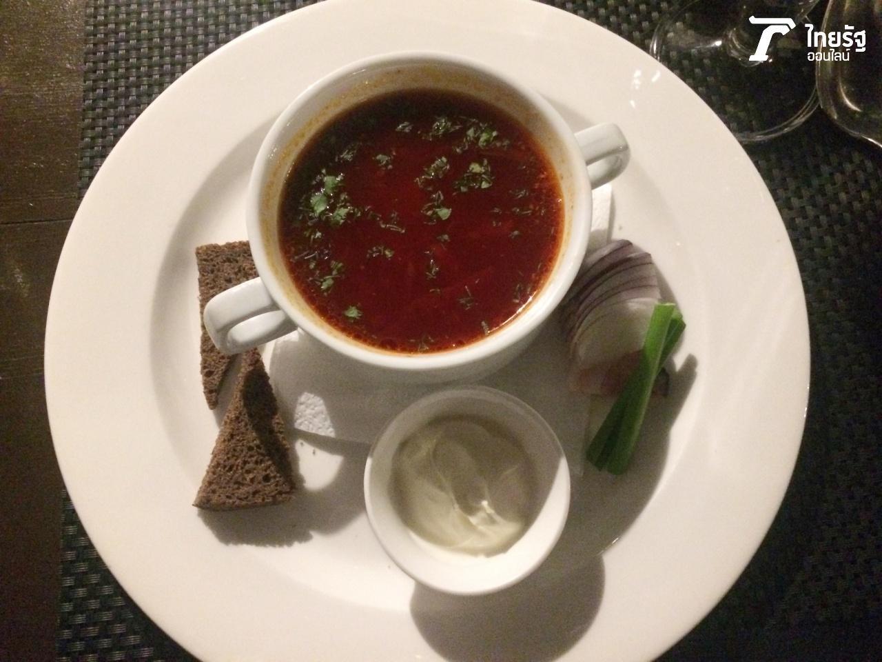 (ซุปบอร์ชต (Borscht) ทำจากบีทรูต เป็นอาหารประจำชาติที่ให้พลังงานอย่างมากกับชาวรัสเซีย)