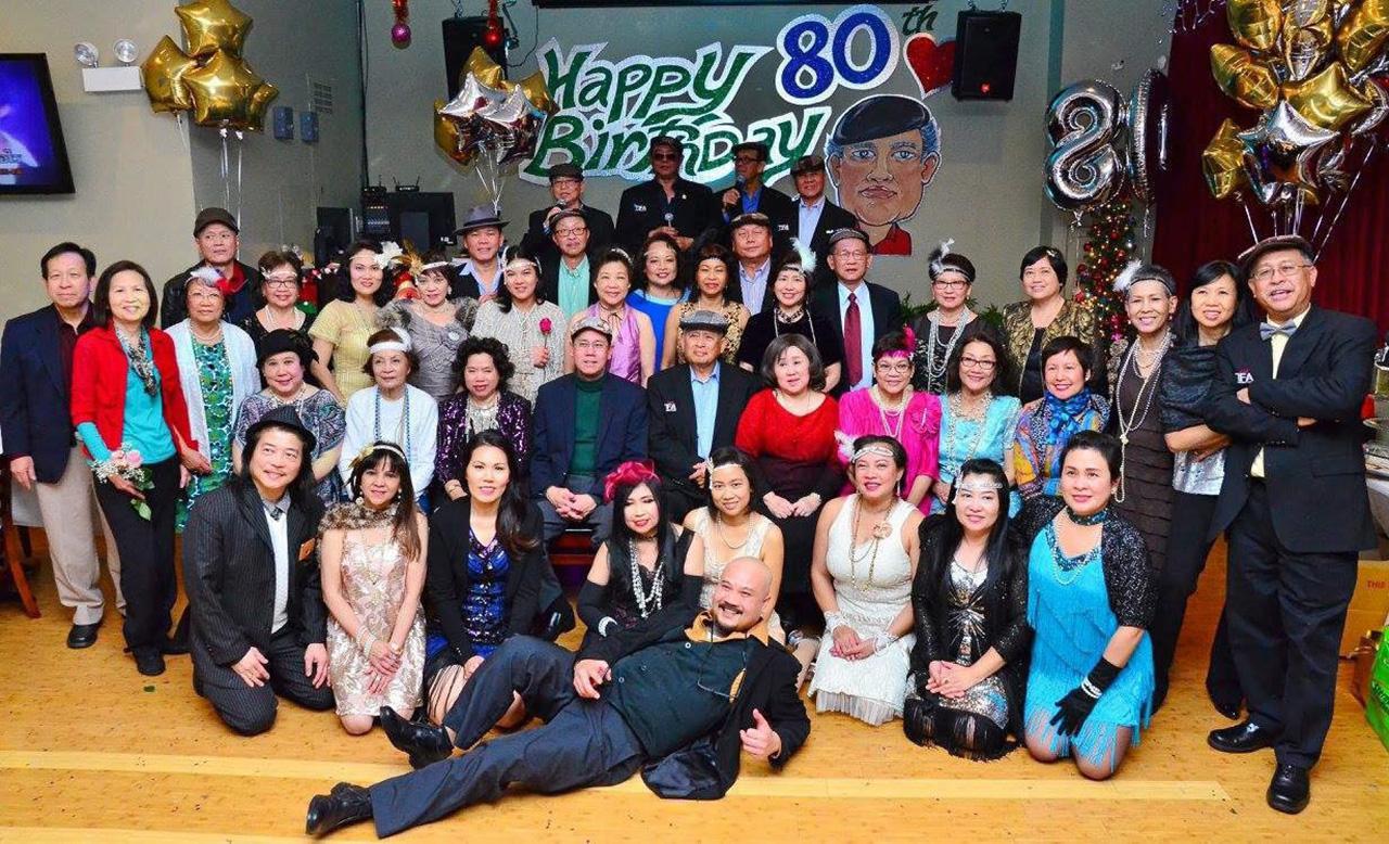 """ฉลองวันเกิด นพ.พนม พึ่งเชิดชู ปูชนียบุคคลของชุมชนไทย ในนครชิคาโก ครบรอบวันคล้ายวันเกิดอายุ 80 ปี เพื่อนๆน้องๆนัดสังสรรค์ฉลองให้ที่ร้านอาหาร """"มณีไทย"""" ชิคาโก ท่ามกลางบรรยากาศอันชื่นมื่นทั่วหน้า."""
