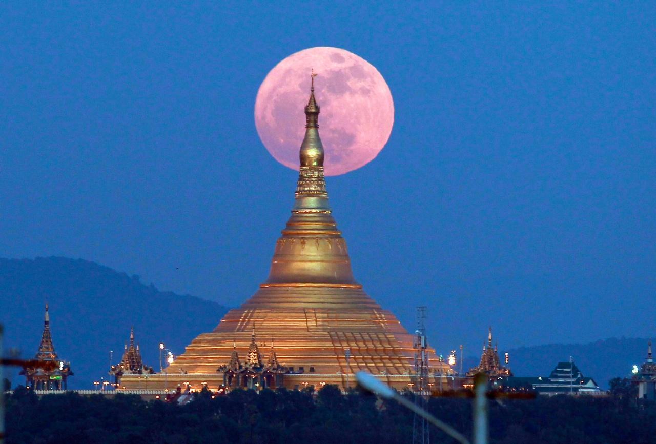 พระจันทร์เต็มดวง หลัง อุปปาตสันติเจดีย์ ในกรุงเนปิดอว์ เมืองหลวงเมียนมา