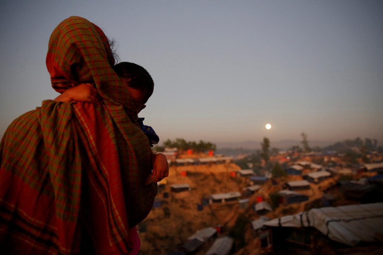 ผู้ลี้ภัยโรฮีนจาที่ค่ายอพยพในเมืองค็อกซ์ บาซาร์ ของบังกลาเทศ ยืนมองซุปเปอร์มูน ซึ่งกำลังลอยขึ้นสู่ท้องฟ้า