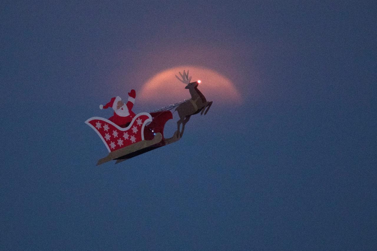 เครื่องบินบังคับรูปซานตาคลอส ทดสอบเหนือทะเลสาบในเมืองคาร์สแบด รัฐแคลิฟอร์เนีย