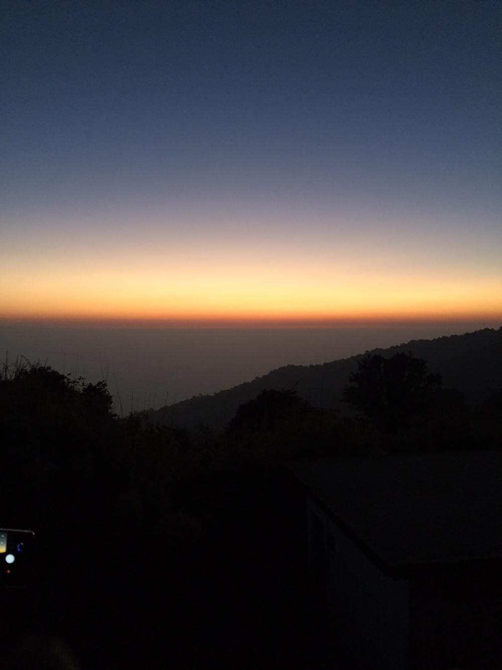ท้องฟ้าเป็นแสงสีทองก่อนพระอาทิตย์ขึ้น