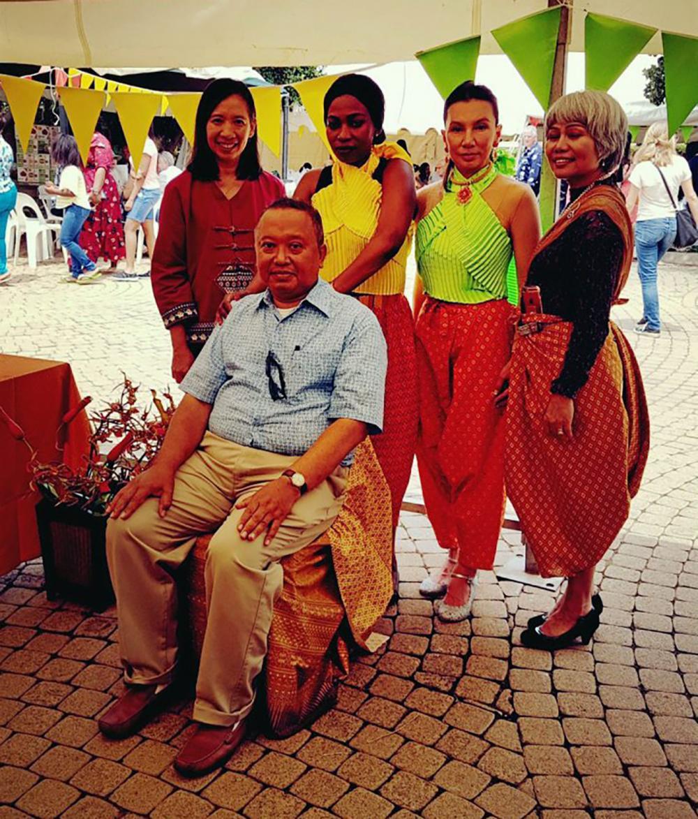 """โปรโมตไทย ไพสิฐ บุญปาลิต อุปทูต ณ กรุงพริทอเรีย แอฟริกาใต้ จัดงาน """"Thai for Thai Friends"""" เพื่อเผยแพร่อาหาร วัฒนธรรม และความเป็นไทย มี วรรษมน วัฒวโรดม ไปร่วมงาน ที่สถานทูต."""