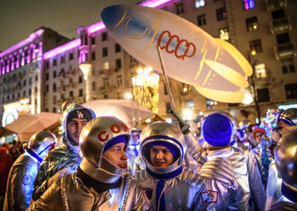 ชาวรัสเซียแต่งชุดนักบินอวกาศร่วมงานฉลองปีใหม่ในมอสโก