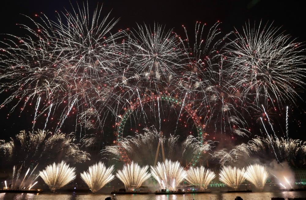 ชาวอังกฤษฉลองวันปีใหม่ ชมดอกไม้ไฟระเบิดเหนือ 'ลอนดอน อาย' สัญลักษณ์ของกรุงลอนดอน