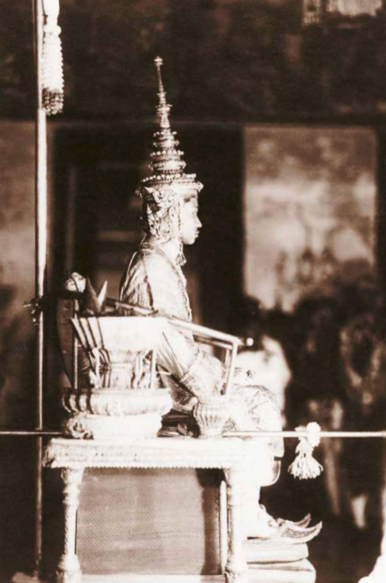 พระบาทสมเด็จพระปกเกล้าเจ้าอยู่หัว ประทับพระที่นั่งภัทรบิฐ ณ พระที่นั่งไพศาลทักษิณทรงรับเครื่องราชกกุธภัณฑ์ เครื่องบรมราชาภรณ์ และเครื่องพระราชอิสริยยศในพระราชพิธีบรมราชาภิเษกเมื่อ 24 กุมภาพันธ์ 2468