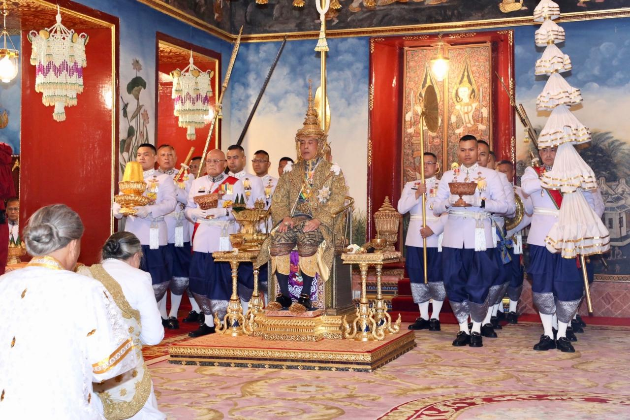 ในหลวงรัชกาลที่ 10 ทรงรับเครื่องราชกกุธภัณฑ์ในการพระราชพิธีบรมราชาภิเษก ในพระบรมมหาราชวัง เมื่อ 4 พฤษภาคม 2562 (ภาพจากสำนักพระราชวัง)