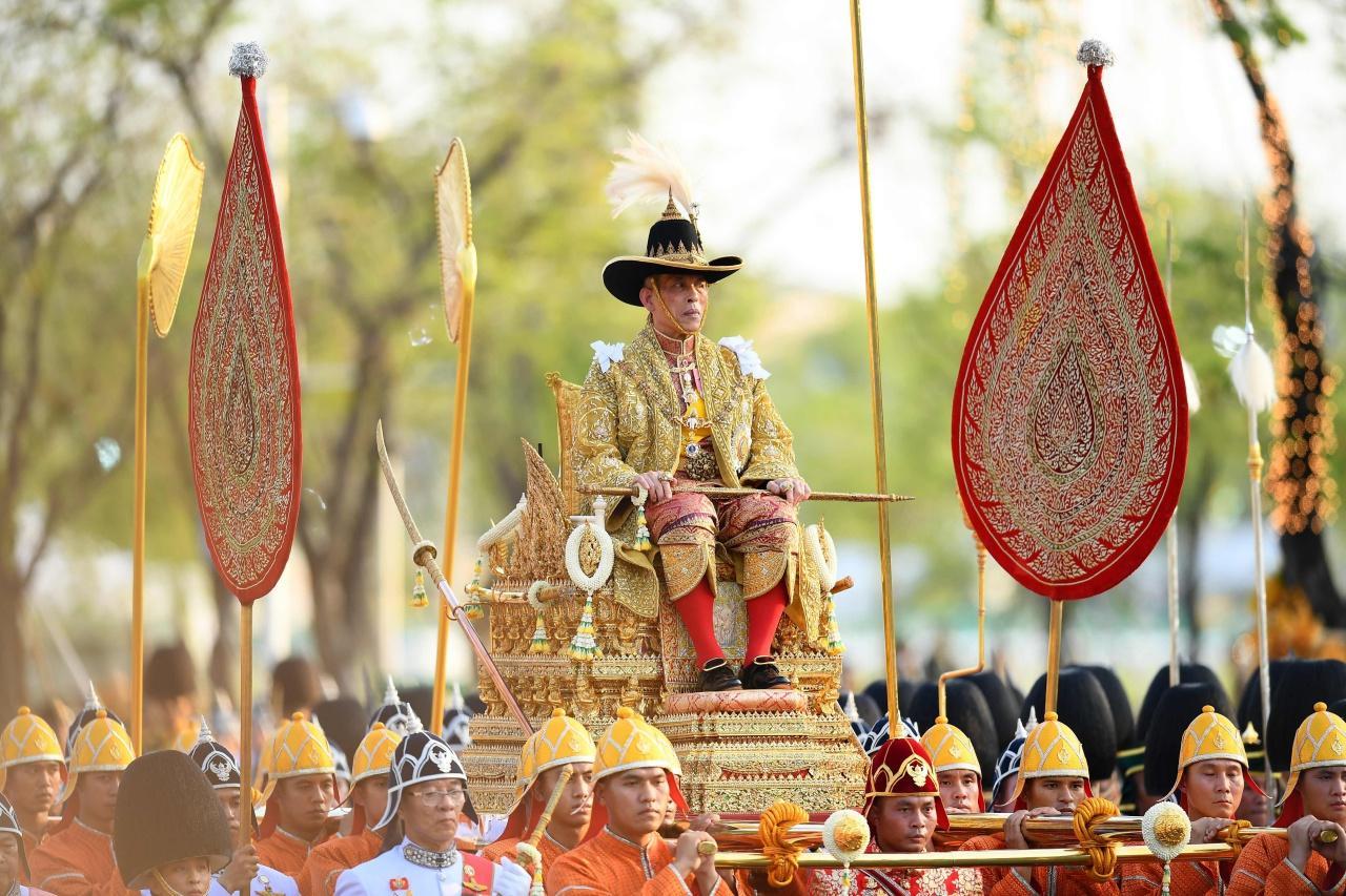 พระบาทสมเด็จพระเจ้าอยู่หัว ประทับพระที่นั่งพุดตานทอง เสด็จพระราชดำเนินเลียบพระนคร  โดยขบวนพยุหยาตราทางสถลมารค