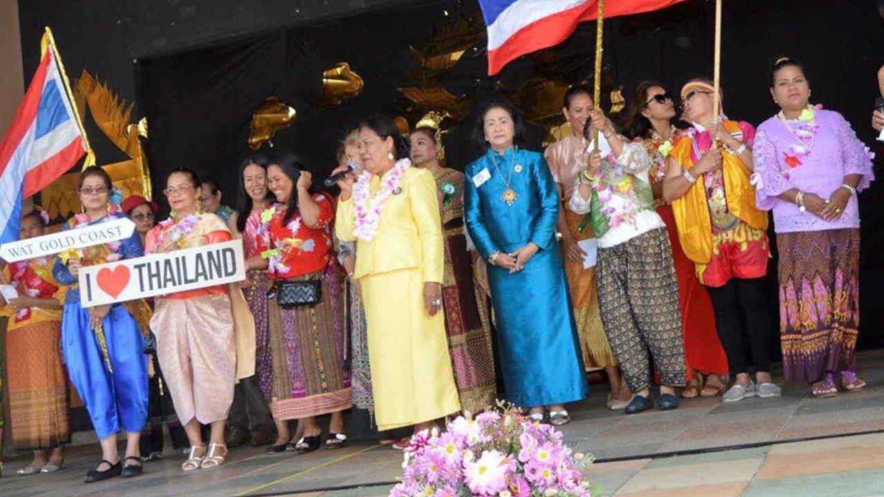รักษาประเพณี  -  บุญวดี สุวรรณรงค์ ประธานสมาคมชาวไทยในซันไชน์ โคสต์ ออสเตรเลีย และ ครูแต้ม–แทมมี่ มิลเกตต์ ร่วมจัดให้ชาวไทยและเยาวชนไทยแสดงสืบสานวัฒนธรรมไทย ในงานเทศกาลสงกรานต์ เมื่อวันก่อน.